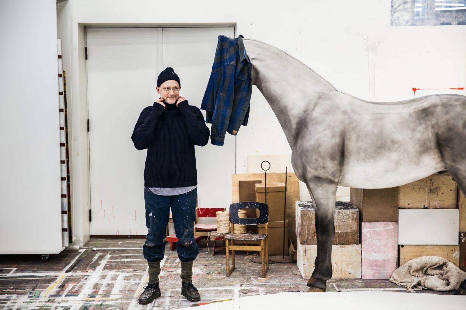 Tal R, fotograferet i sit studie Paradis på Nansensgade 2017  photo: jasper carlberg